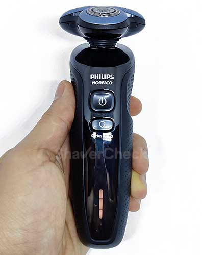 The shaver 6800 held in hand.