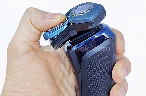 The three heads of the Shaver 7700 can flex independently.